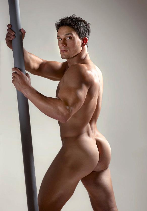 Спортивные голые парни уже чистила